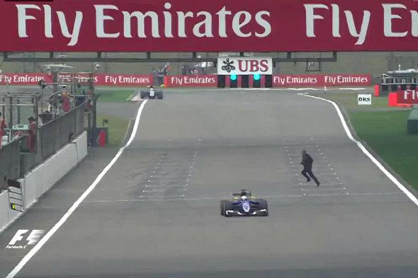 【中国】F1、男がコースに侵入ト