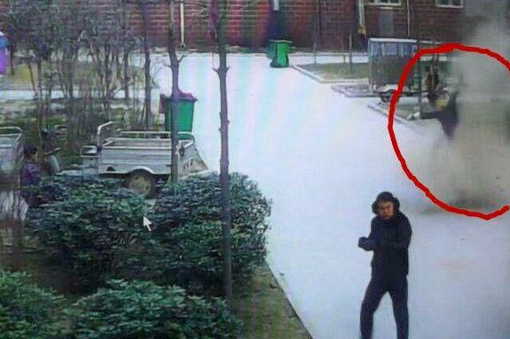 中国、子供が爆竹をマンホールに投下!爆発