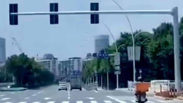 中国、交差点の信号が見えない…!? まさかの信号機を前後逆に設置