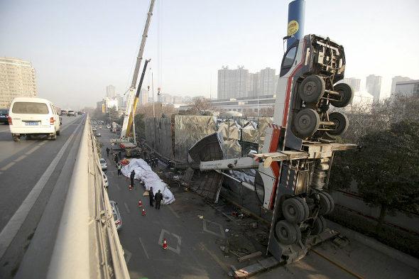【中国】クレーン車が重荷に耐えられず道端で反っくり返って直立!1