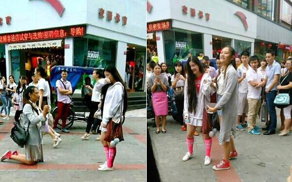 中国、女性が街頭で公開プロポーズ!