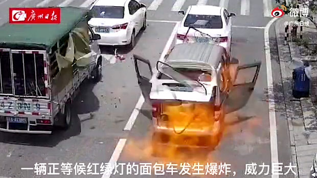 中国、信号待ちのワゴン車の中で突然何かがドカンと爆発!