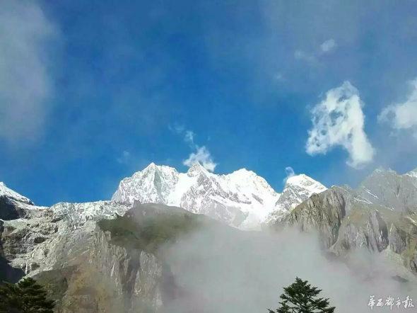 【中国】7000m超級の雪山の中腹に巨大な「魔狼」の影2