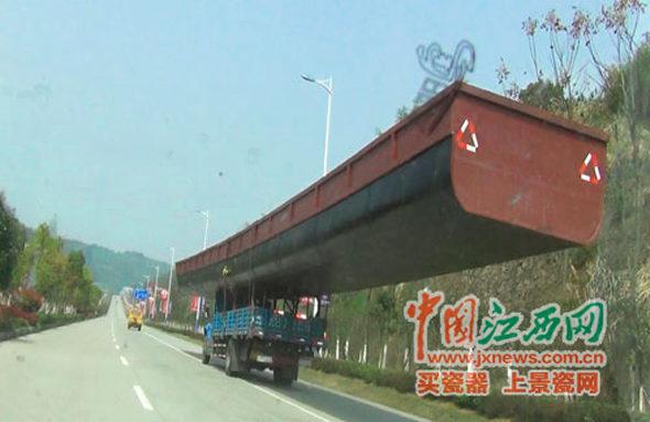 【中国】30mの船を積んでトラックが高速道路を疾走!