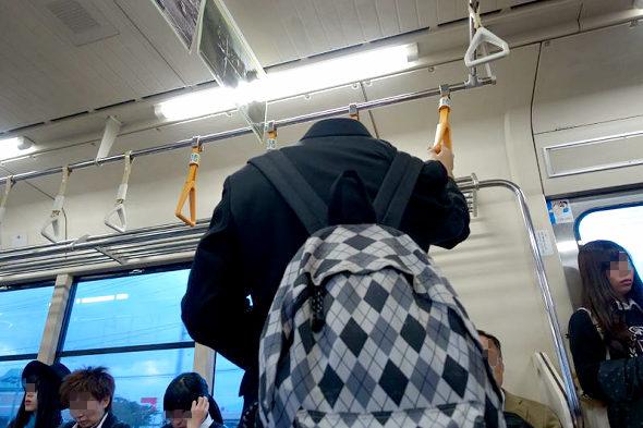 【画像】電車の中で首の無い中学生
