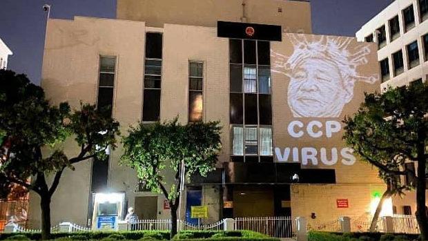 【米国】ロサンゼルスの中国領事館に「中国共産党ウイルス」が投影される!
