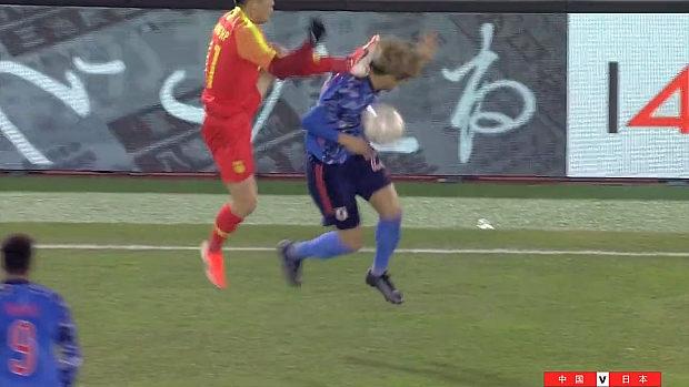 サッカー、中国選手が日本選手の頭に飛び蹴り!