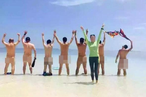 【中国】マレーシアのビーチで中国人客が「水着を脱ぎ」集団撮影!