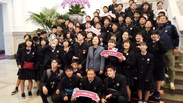 台湾、日本から総統府へ見学に来た修学旅行生の前に、蔡英文総統が登場