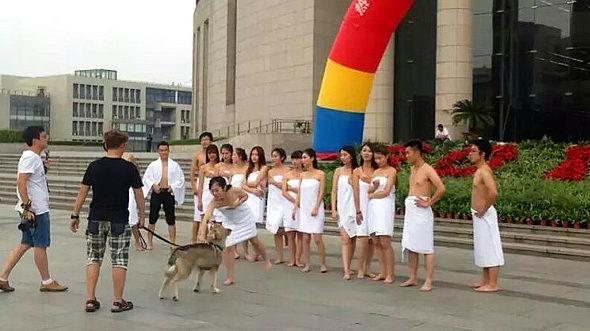 中国、北京の大学生 バスタオル姿で卒業写真4
