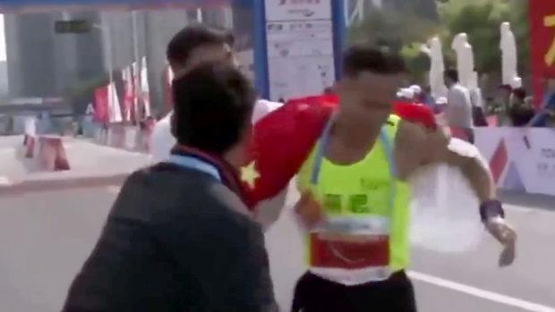 中国、マラソン優勝選手に無理やり中国国旗との写真を撮影!非難殺到
