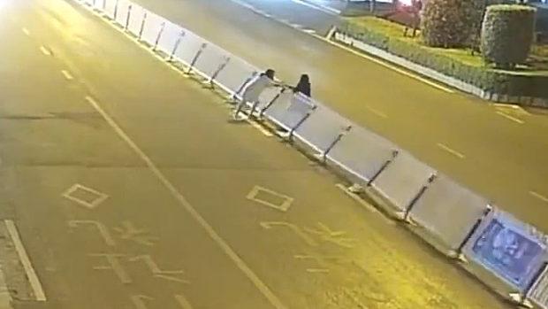 中国、酔った女子が遠回りがイヤで道路の中央分離柵を100mにわたって横倒し!