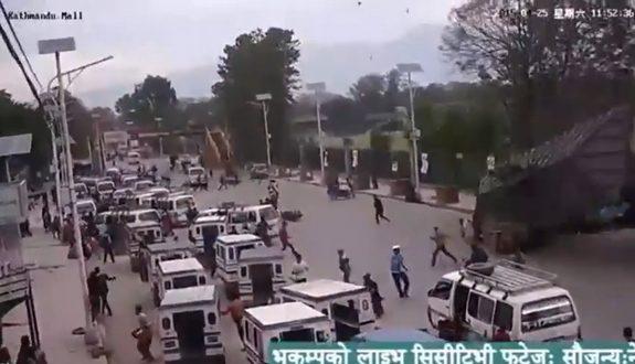 ネパール大地震、車が混雑する道路で門が倒壊2