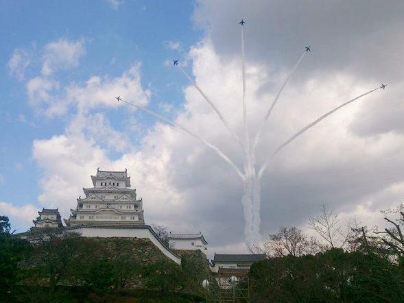 【画像】航空自衛隊、ブルーインパルス、姫路城上空を飛行