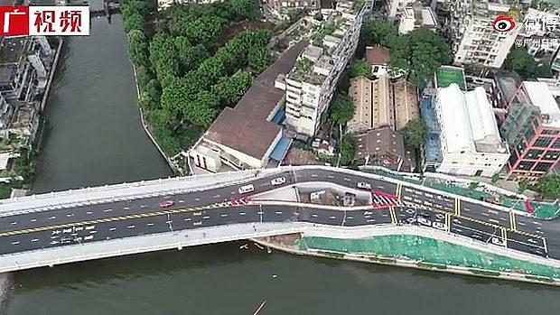 中国、開通した橋の真ん中に「立ち退き拒否」の民家!見物客が殺到…