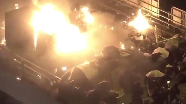 香港、警察の装甲車が大学に突入!デモ隊が火炎瓶で応戦!装甲車火だるまに