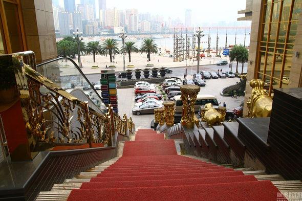 【中国】重慶、金ピカ成金「黄金」のホテルが出現!4