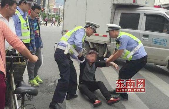 【中国】信号無視のおばさん、処罰を逃れるために跪く、交通警察も跪く4
