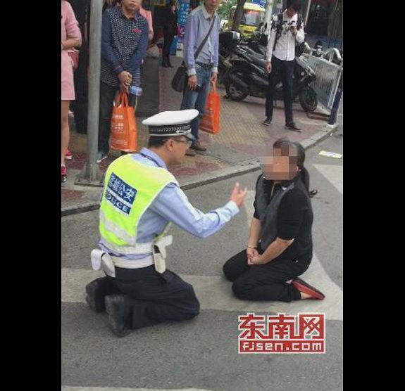 【中国】信号無視のおばさん、処罰を逃れるために跪く、交通警察も跪く2