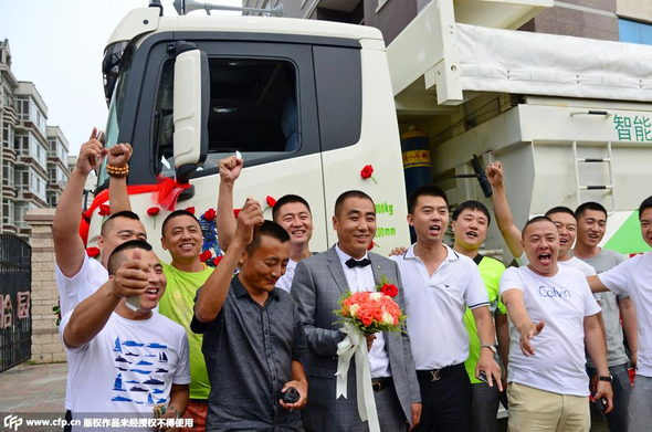 【中国】新車の大型トラック36台連ねて結婚式&会社開業!5