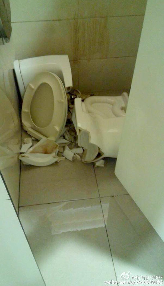 【中国】国際空港で便器崩壊!