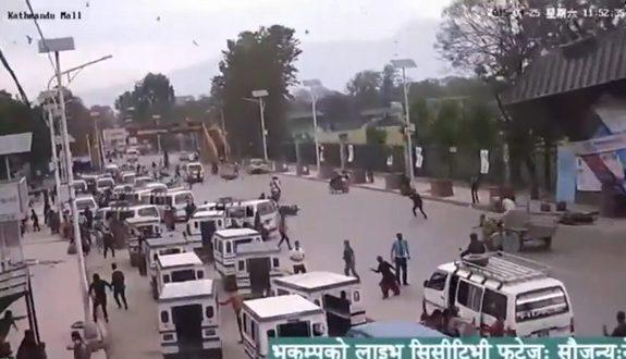 ネパール大地震、車が混雑する道路で門が倒壊1