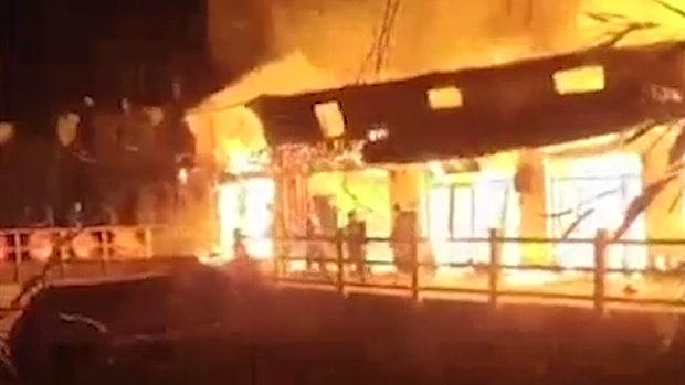 中国、消防士4人が火事の炎の中に突入!その時、