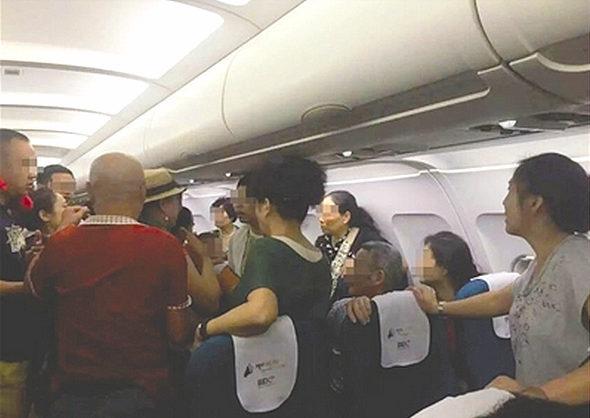 【中国】カンボジアの空港で搭乗後に中国人客がケンカ