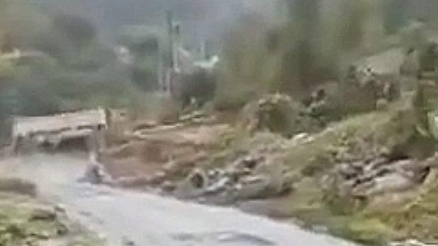 中国、山道を走る満載の大型トラック、曲がりきらずに谷に転落!その瞬間