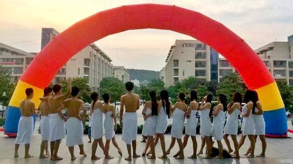 中国、北京の大学生 バスタオル姿で卒業写真5