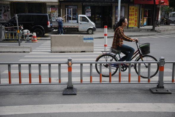 【中国】ガードレールで遮られた横断歩道1