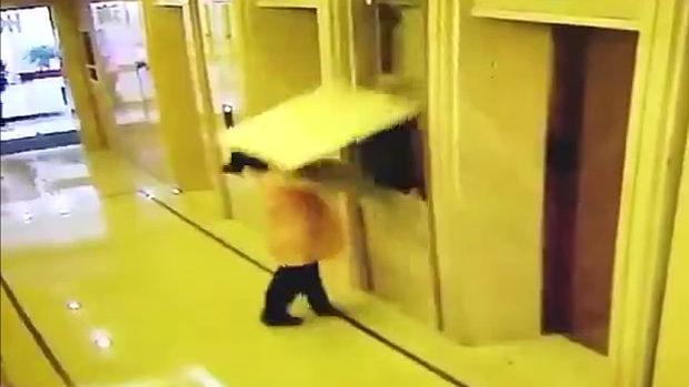 中国、エレベーター横の壁に寄りかかっていたおばさん、突然、壁が崩壊