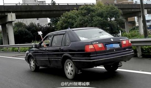 中国、点滴運転の男、警察に捕まる