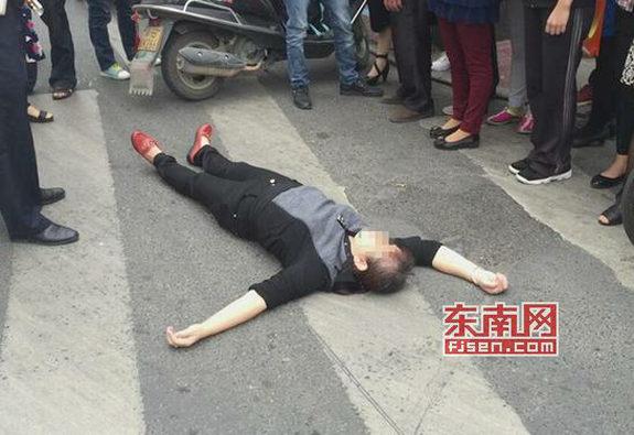 【中国】信号無視のおばさん、処罰を逃れるために跪く、交通警察も跪く3