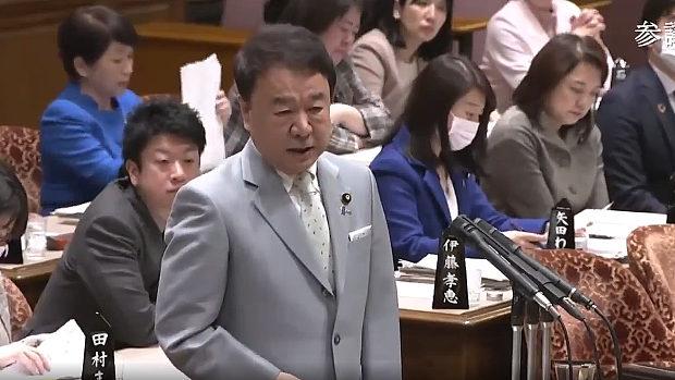 拉致問題訴える青山議員の後ろで書類整理し興味なしの福島瑞穂議員、挙句に途中退席!