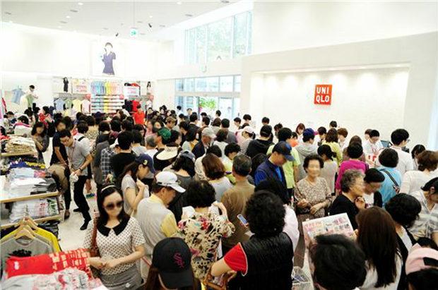 【韓国】日本製品不買はどこへ?「ユニクロ」の無料配布イベントに長蛇の列で大盛況-4