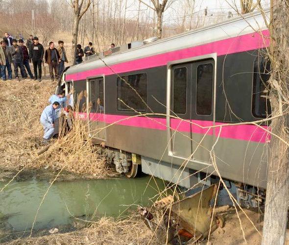 【中国】北京地下鉄、試験走行中に脱線!3