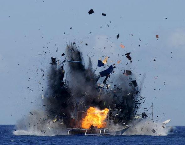 インドネシア海軍、中国の不法漁船を爆破!2