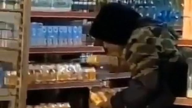 中国、ウイルス拡散させてやれ!とスーパーの陳列棚の商品に唾を吐きかける男