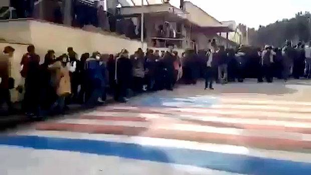イラン市民、踏み絵用の米国旗を避けて通る!「敵はアメリカでなく政府だ」