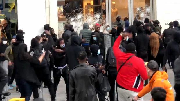 ベルギー、ブリュッセルでも暴動・略奪が発生!フェラガモが襲われる様子