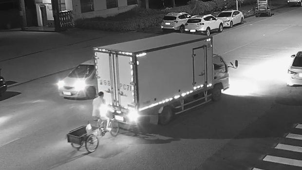 中国、三輪車の当たり屋のおじさんがトラックにドン!道路に寝て痛てぇ~!