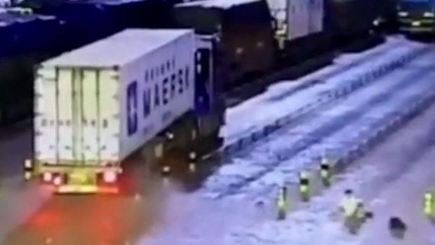 中国、大型トラックのタイヤが突然爆発!その衝撃波で歩行者の男が吹っ飛ぶ!