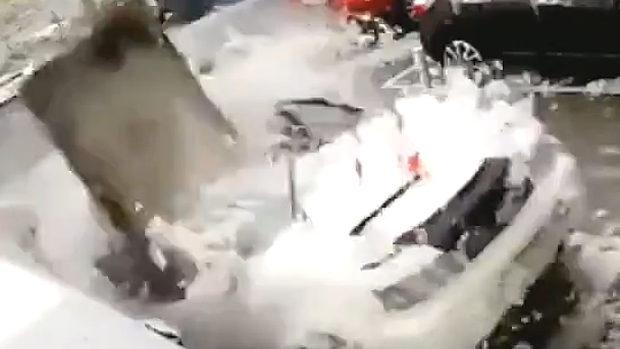 中国、駐車場で車上の除雪をしていたら、空から…「ガッシャーーーン!」