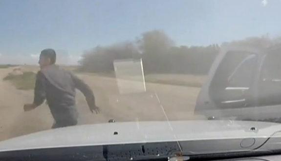 米国、警察とカーチェイス!大麻を犯人が捨てながらの逃走劇2