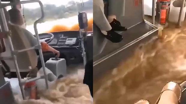 中国、洪水の中でもバスは通常運転!運転手も乗客も全く動じる様子なし!