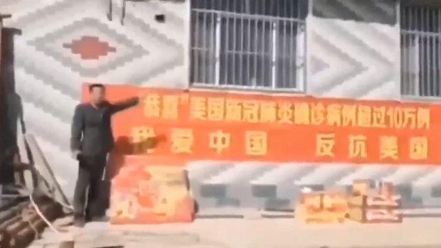 中国「祝!米国感染者、10万人突破!」の横断幕を掲げ、爆竹鳴らしてお祝い