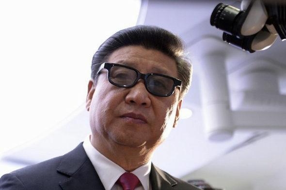 【中国】英国で3Dメガネをかけた「習近平」3