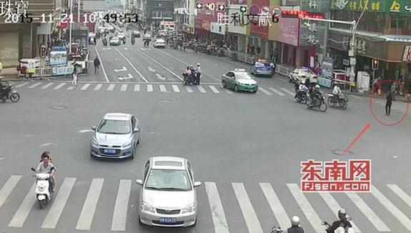 【中国】信号無視のおばさん、処罰を逃れるために跪く、交通警察も跪く1