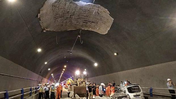 中国、トンネルの天井コンクリートが突然崩落!乗用車に直撃、押しつぶす